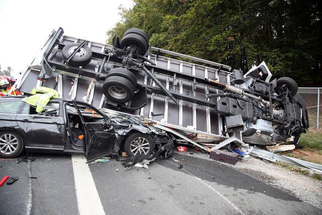Lkw Landet Nach Kollision Auf Pkw Verkehrsunfall Auf Der A3 Bei Rohrbrunn Am 23 09 2020 Rohrbrunn