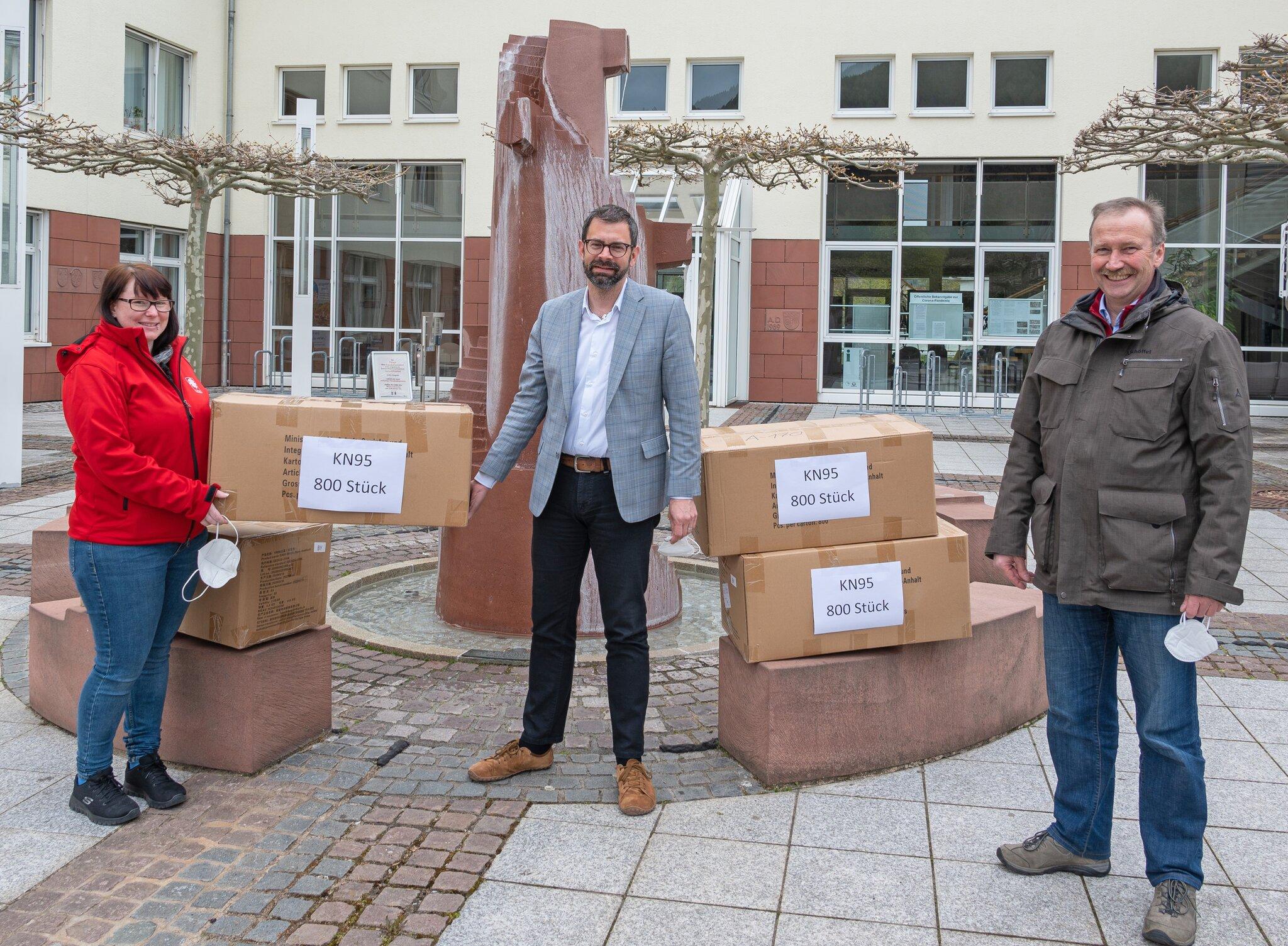 Landrat-Jens-Marco-Scherf-bergibt-3-200-FFP2-Masken-an-Martinsl-den