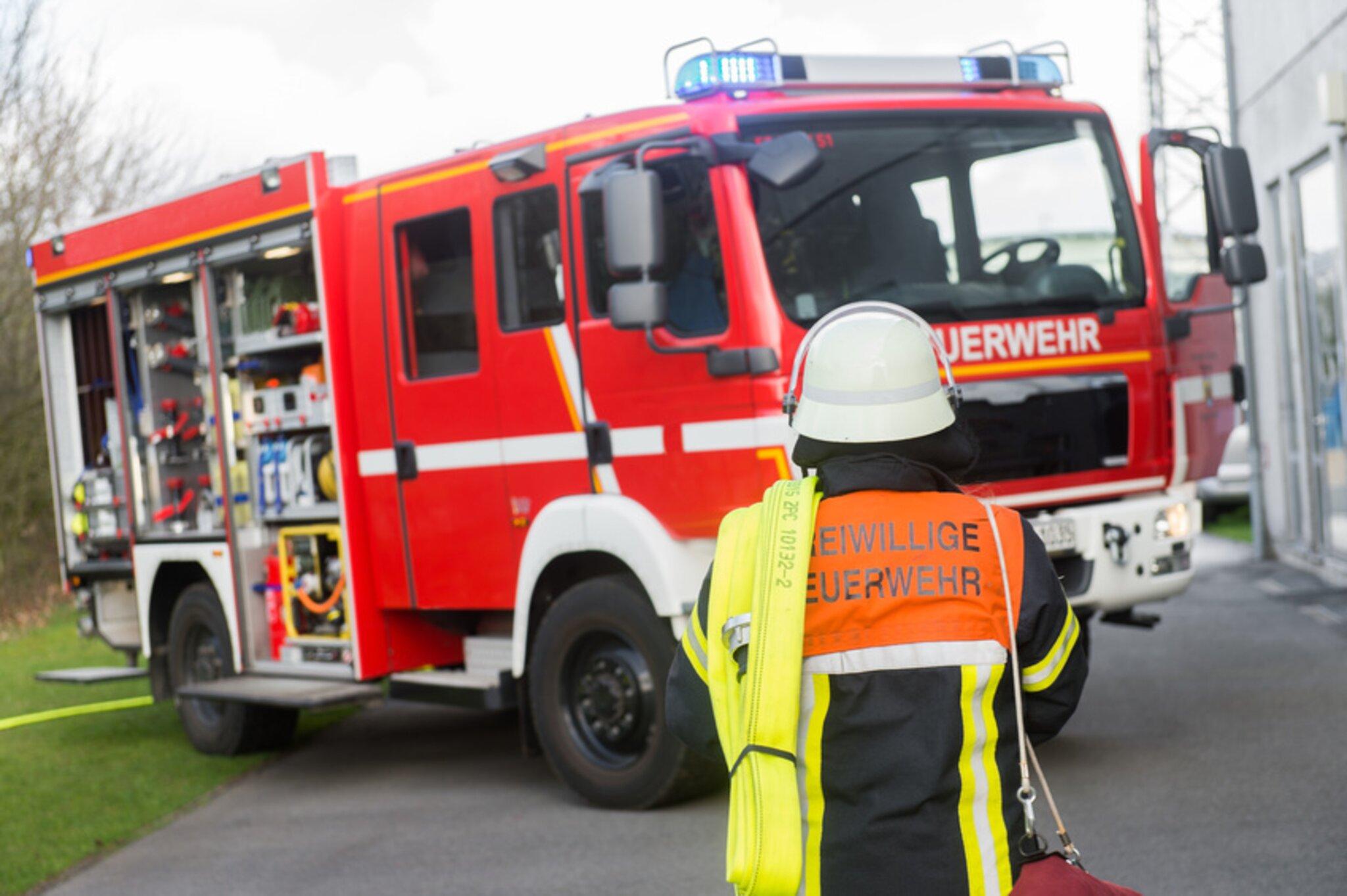 Raum-Obernburg-K-chenbrand-Kleinunfall-Pkw-besch-digt-E-Scooter-ohne-Versicherung-Mobiles-Cafe-aufgebrochen